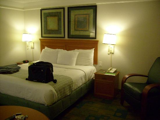 La Quinta Inn & Suites Atlanta Alpharetta: King Bed end tables