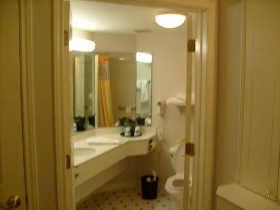 La Quinta Inn & Suites Atlanta Alpharetta: Large Bathroom