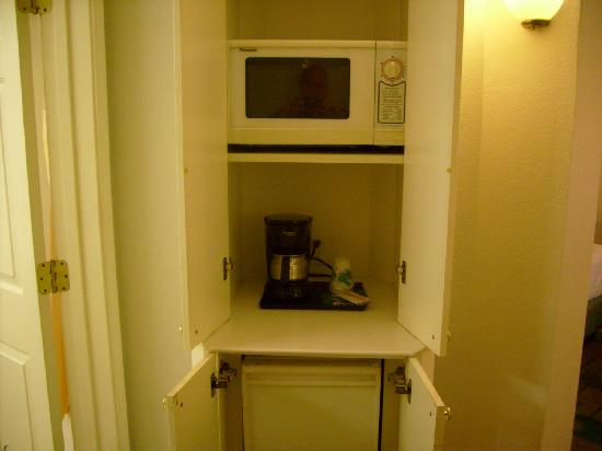 La Quinta Inn & Suites Atlanta Alpharetta: Cabinet near bathroom and closet that has Fridge & Microwave