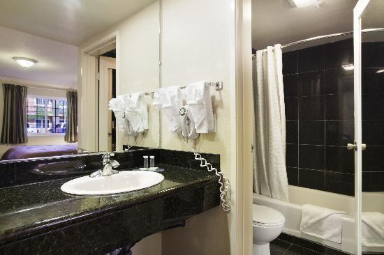 Travelodge Ontario: Bathroom
