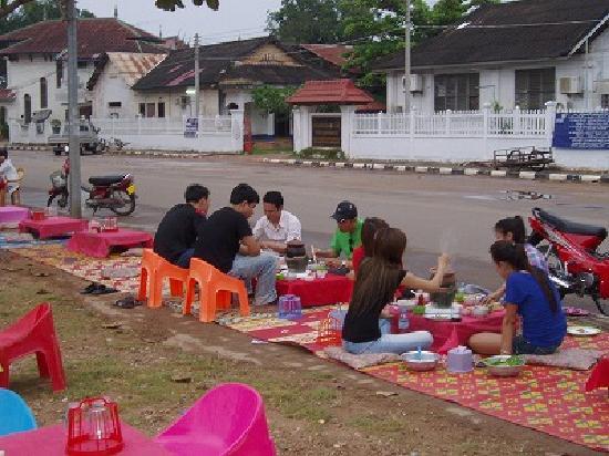 Mekong Hotel: ゲストハウス前の簡易レストラン