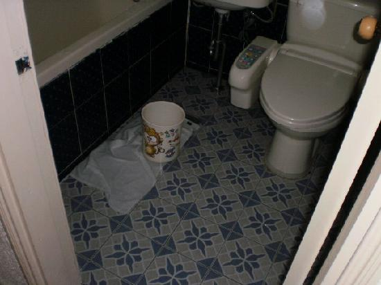 Saerim Hotel : flood in bathroom