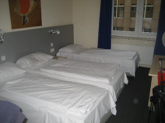 Münchener Hof Hotel: Triple room