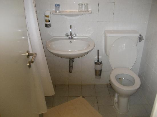 Münchener Hof Hotel: The bathroom