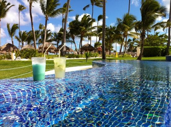 Iberostar Grand Hotel Bavaro: blue Hawaii & Capirinia at the edge of Infiniti pool