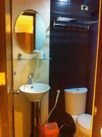 Luxury Suite Hotel: simple bathroom