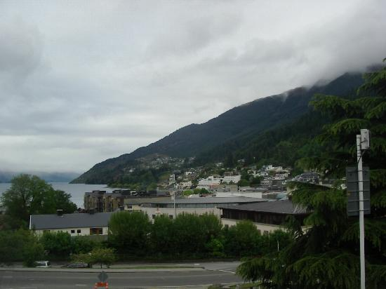 Amity Lodge Motel: View of Queenstown on Walk Downtown from Amity Lodge
