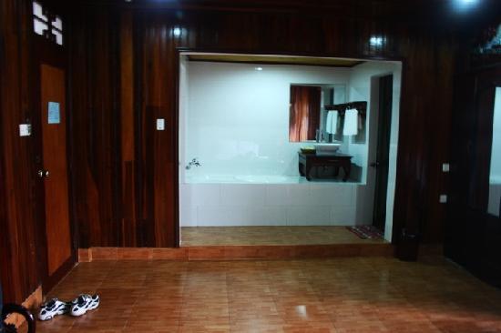 Thanh Binh II Hotel: Deluxe #201 bath room