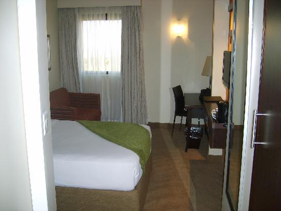 StayEasy Emalahleni: standard queen room