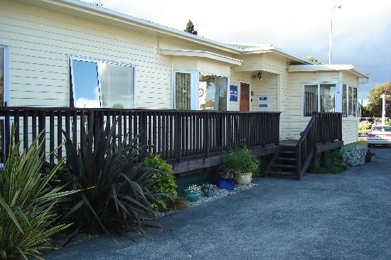 Airport Bed & Breakfast: Busy corner, but good place to stay