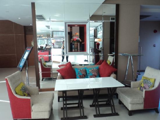 Lantana Resort Hotel: lobby area
