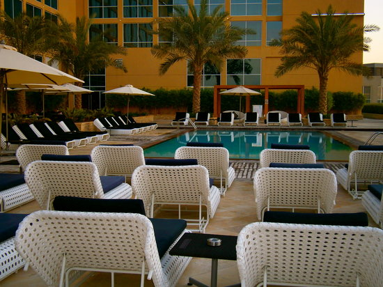 Centro Yas Island Abu Dhabi by Rotana: Swimming area - so relaxing to lie in the sun here