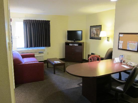 Candlewood Suites Raleigh - Crabtree: Living Room