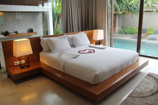 Ziva Villas: Our bed done up for romantic bath package