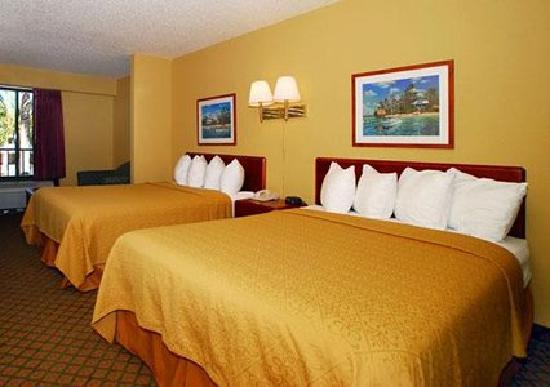 Quality Inn Orlando Airport: Guestroom with queen beds