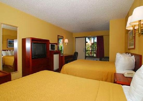 Quality Inn Orlando Airport: Guest room with modern amenities