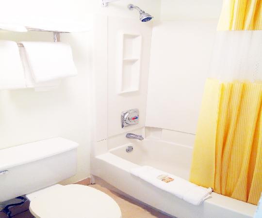 Days Inn Kissimmee FL: Clean Bathrooms