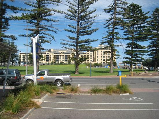 Watermark Glenelg: Blick vom Parkplatz, dahinter liegt das Meer