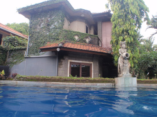 Putu Bali Villa and Spa: View of Villas from Pool area