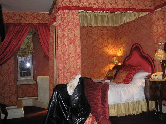 Lumley Castle Hotel: Room 60: Bed and 14thc window embrasure