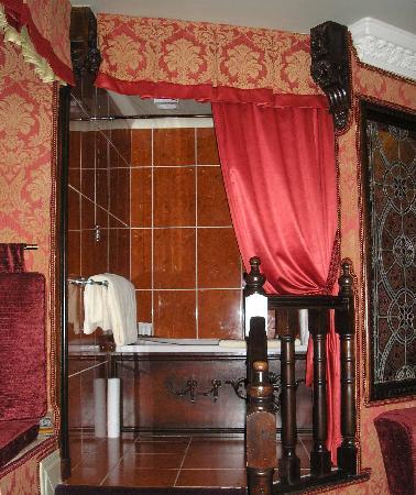 Lumley Castle Hotel: Room 60 bath and screening