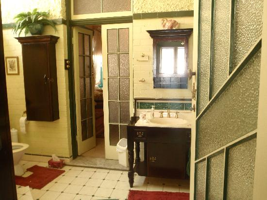 Hamilton Heritage B&B: another view of the bathroom