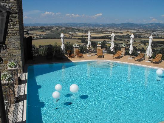 Castello di Rosciano: La Piscina