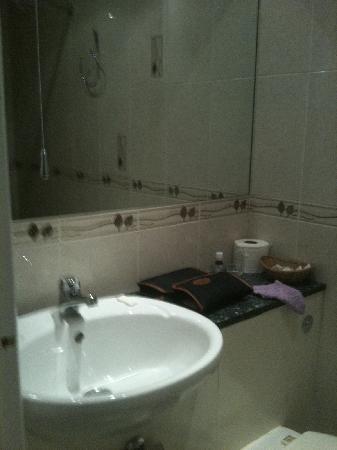 Westbury Hotel Kensington: petite salle de bain