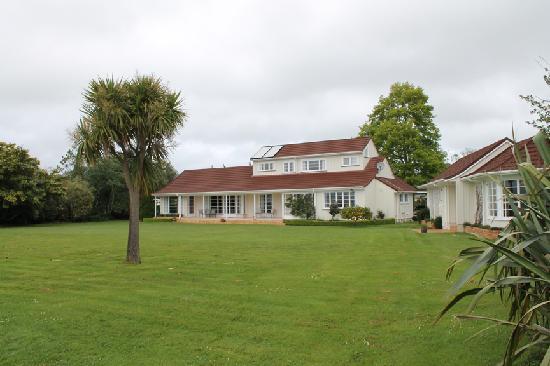 The Lake House Rotorua: The lakeside garden was a delight