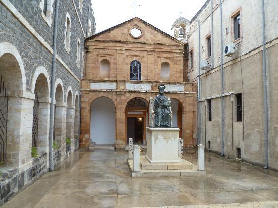 Casa Nova Pilgrim Guest House: Il cortile e la chiesa