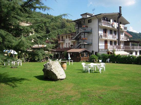 Valloriate, Italia: Il Fungo Reale visto dal giardino interno