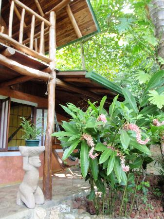 Pachamama Tropical Garden Lodge: Front Porch