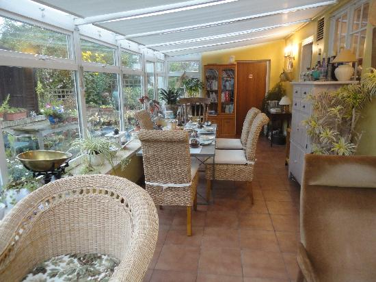 Merryfield B&B: Sunny breakfast and sitting room overlooking the backyard and fields beyond