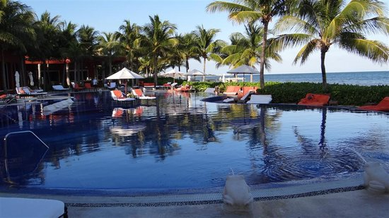 Zoetry Paraiso de la Bonita: Great swimming pool with lots of chairs