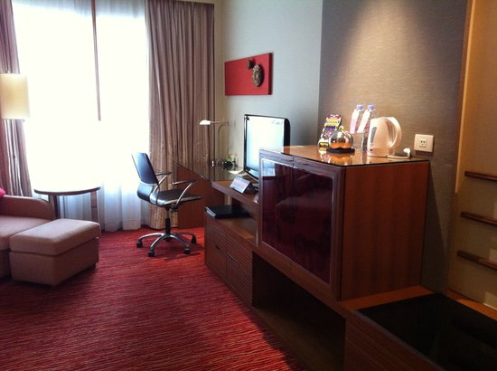 Courtyard by Marriott Bangkok: Photo taken right from door to room inside.
