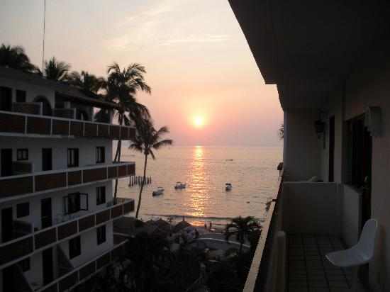 Playa Los Arcos Hotel Beach Resort & Spa: Sunset from the walkway outside our room the first two nights.