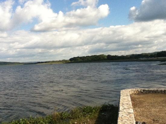 Hotel Maya Internacional: Lago desde la orilla del hotel