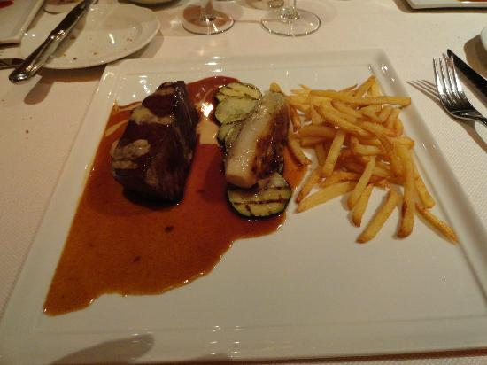 Savarin: Main course - steak and fries in a red wine sauce