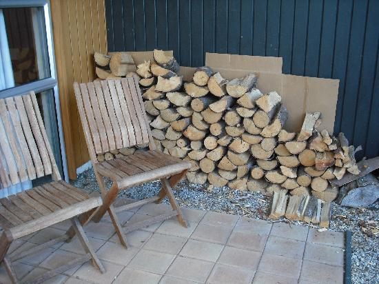 Peak Sport Chalet: Wood for the fireplace.