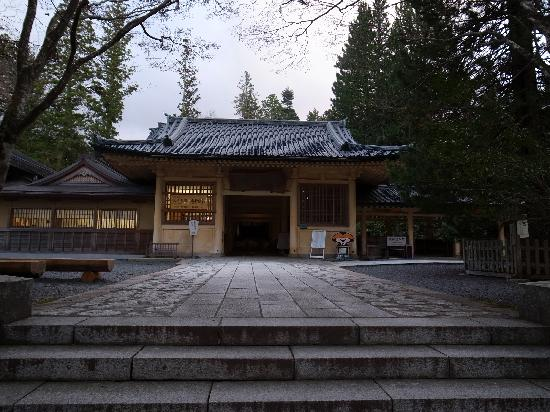 Koyasan Reihokan Museum: 階段を上がると正面入口