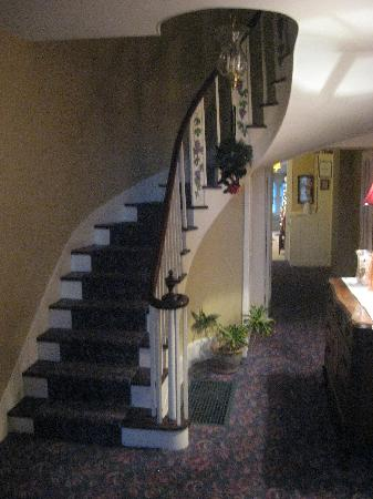 Grape Arbor Bed and Breakfast: Interior Stairway