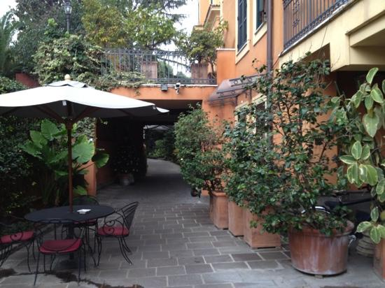 Hotel Villa San Pio: gardens outside of lobby