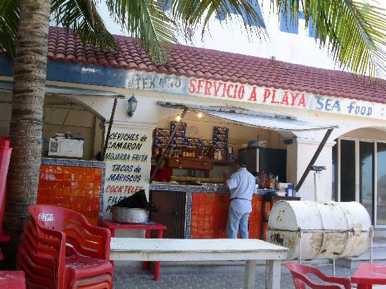 Maya Caribe Hotel: Eat here! walk down beach to the right.. guy in white shirt