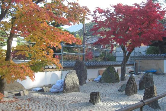 Dazaifu, Japonia: Komyozenji rock garden in front (under maintenance)