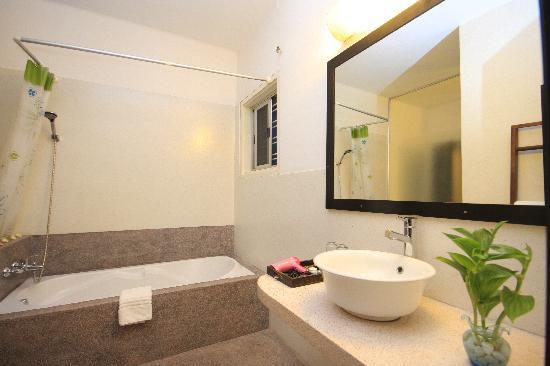 Frangipani Villa-60s Hotel: Suite Bathroom
