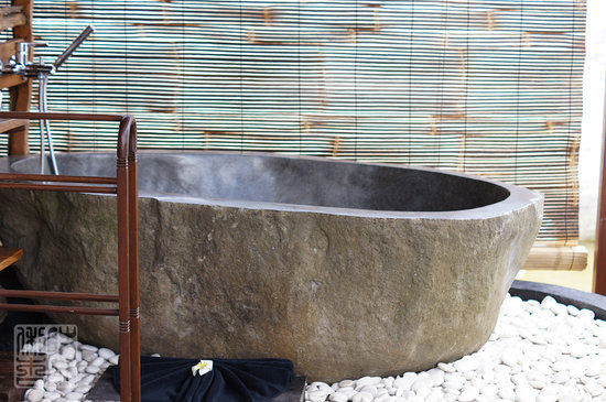 KajaNe Yangloni Private Boutique Health & Leisure Centre: giant bathtub!