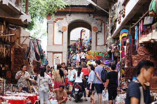 Aktivitas wisatawan di pasar seni ubud