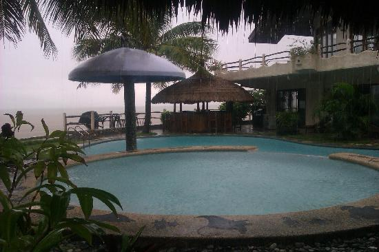 El Canonero Diving & Beach Resort : the pool on a stormy day