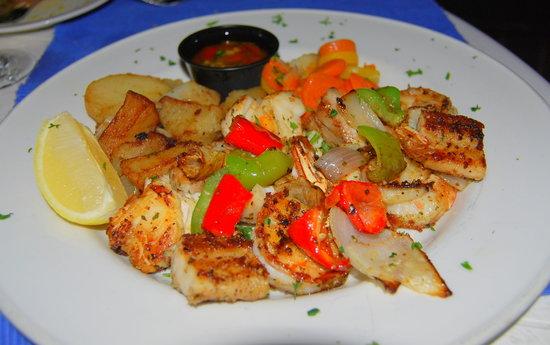 Mr. Busby's Beach Bar : Mahi, shrimp & lobster combo