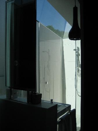 Queenstown Park Boutique Hotel: Skylight Bathroom